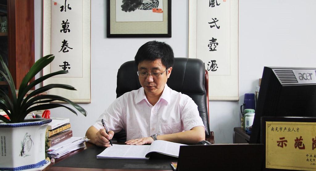四川省西充中学校长、党委书记–杨明